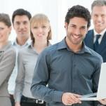 Profissionais, em pé, sorrindo mostrando satisfação com o trabalho
