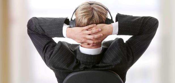 homem ouvindo música