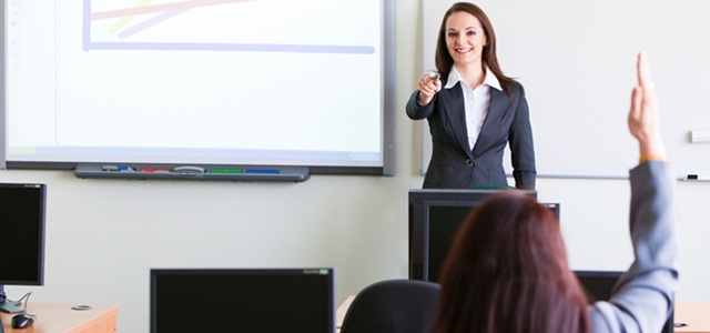 mulher dando aula