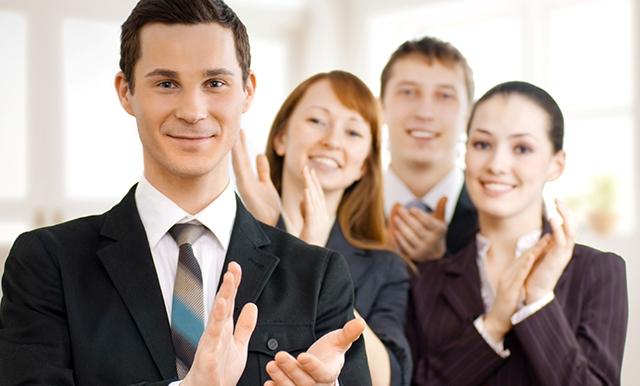 pessoas batendo palmas