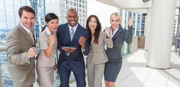 homens e mulheres em ambiente corporativo
