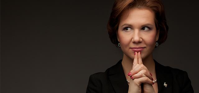 Mulher, líder pensativa após fazer uma sessão de Coaching Executivo