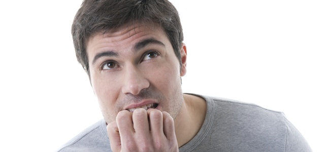 homem ansioso roendo unhas