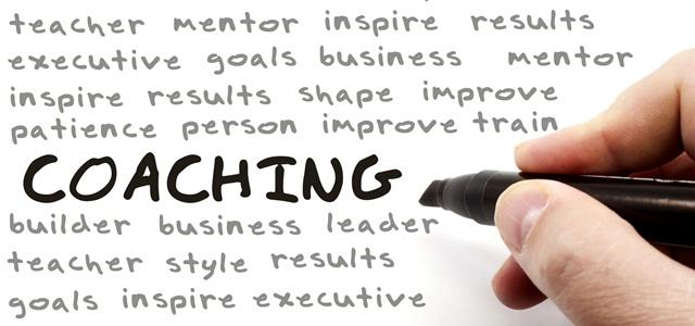 mão escrevendo conceito de coaching
