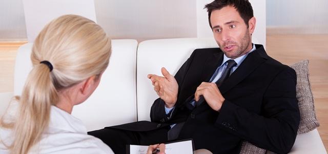 homem sentado conversando com coach