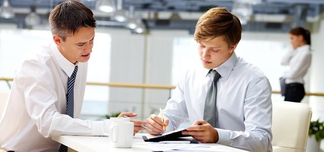 homens conversando em empresa