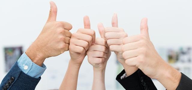 mãos fazendo sinal de joia