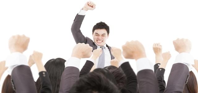 homem motivando grupo de pessoas