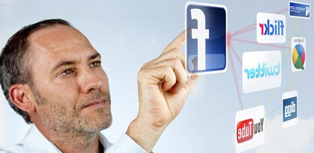 homem mexendo em logo de rede social