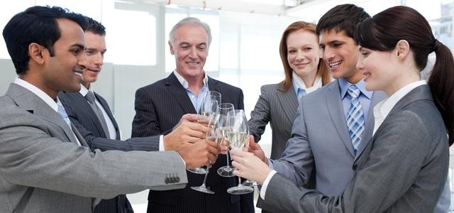 profissionais celebrando em confraternização