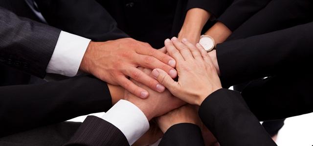 equipe unindo as mãos