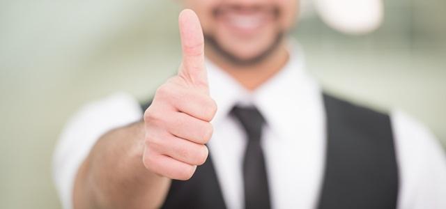 como motivar uma equipe: homem fazendo sinal de positivo