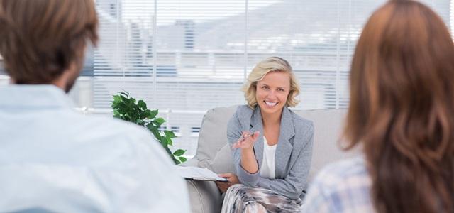psicóloga conversando com homem e mulher