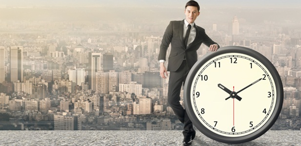 homem ao lado de relógio