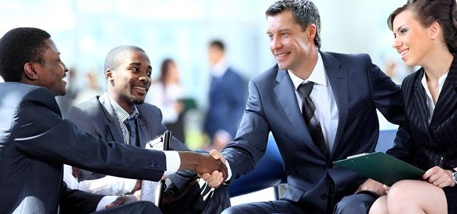 empresário cumprimentando clientes