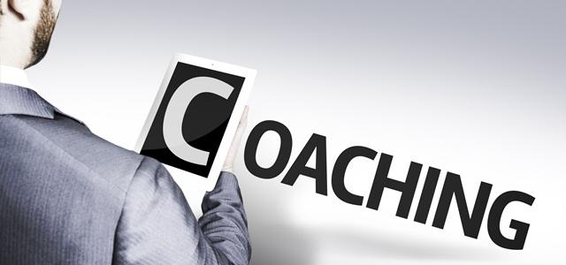 homem segurando a palavra coaching