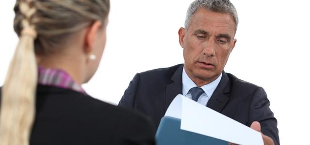 homem entrevistando candidata a emprego