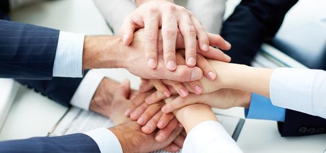 mãos unidas de colaboradores