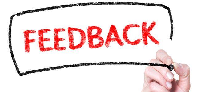 mão escrevendo a palavra feedback