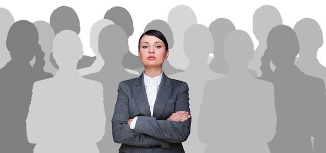 mulher à frente de pessoas sem rosto