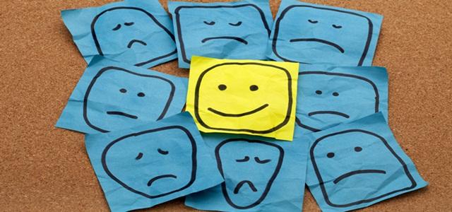 desenho feliz no meio de desenhos tristes