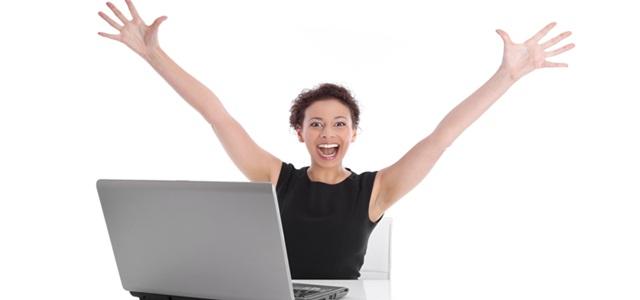 mulher sorrindo ao computador
