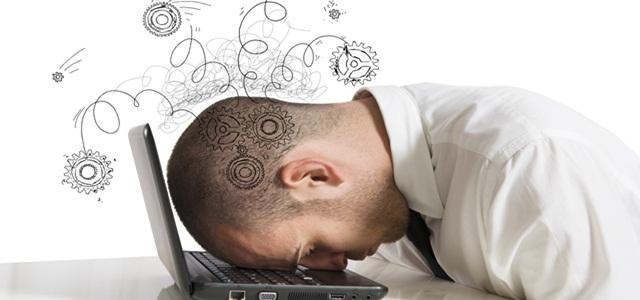 homem estressado com cabeça no notebook