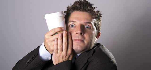 homem abraçando copo de café