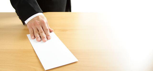 homem colocando papel na mesa