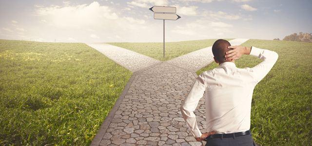 homem decidindo entre dois caminhos