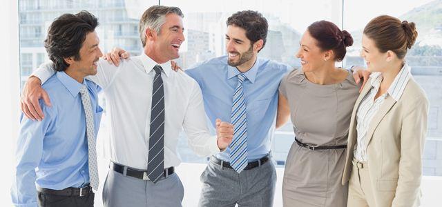 equipe conversando e rindo