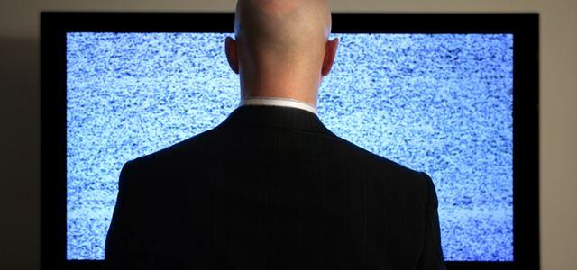homem assistindo televisão