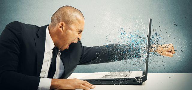 homem dando soco na tela do computador