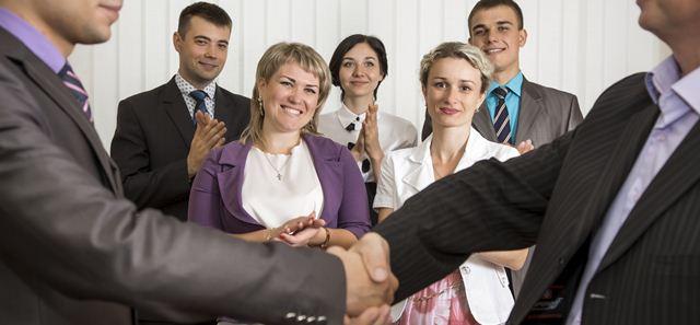 colegas de trabalho se cumprimentando