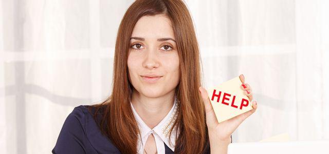 mulher pedindo ajuda em seu primeiro dia de trabalho