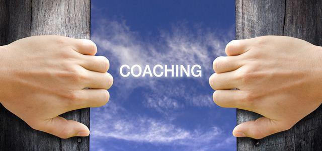 mãos abrindo janela com a palavra coaching no céu