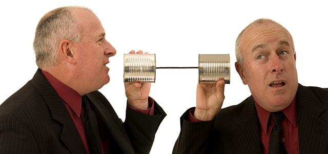 dois homens conversando por telefone de latinhas