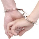 Mãos algemadas ilustrando como a dependência afetiva acorrenta as relações