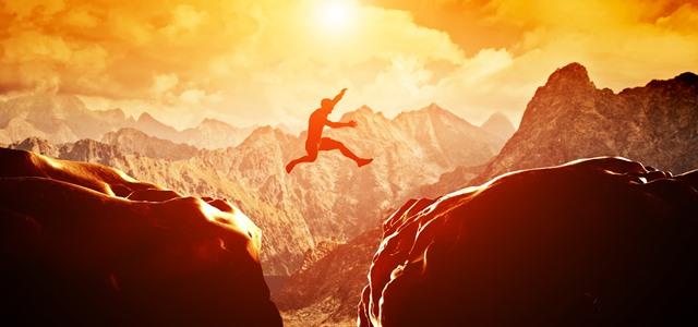 homem pulando penhasco
