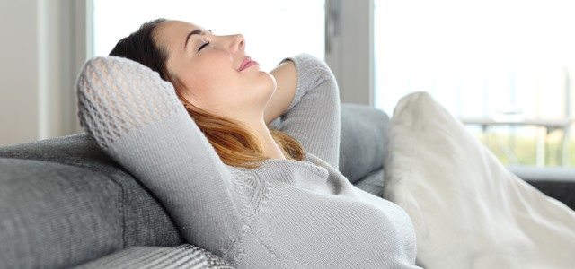 mulher descansando e relaxando
