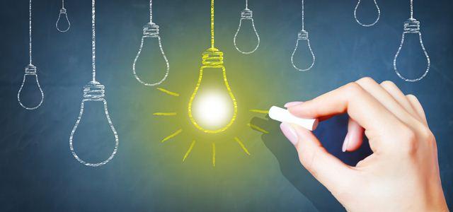 lousa com lâmpadas de ideias