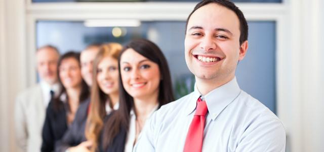 líder sorrindo com equipe ao fundo