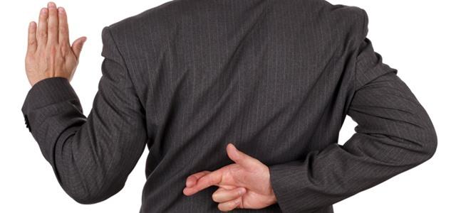 homem cruzando os dedos atrás das costas