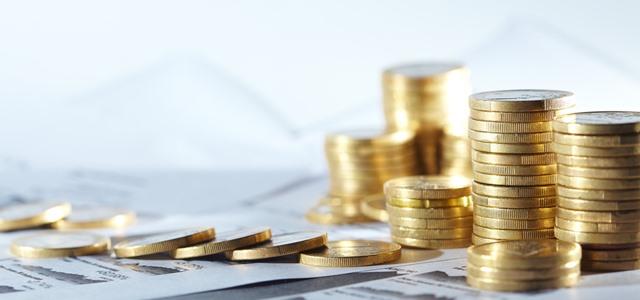 moedas empilhadas sobre papel