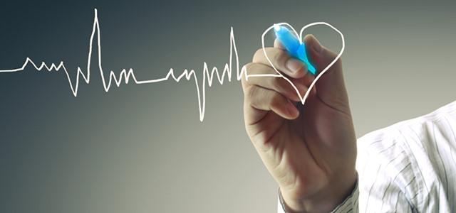 mão desenhando batimentos cardíacos e coração