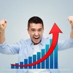 Homem comemorando elevação de seus resultados,ilustrada em um gráfico ascendente