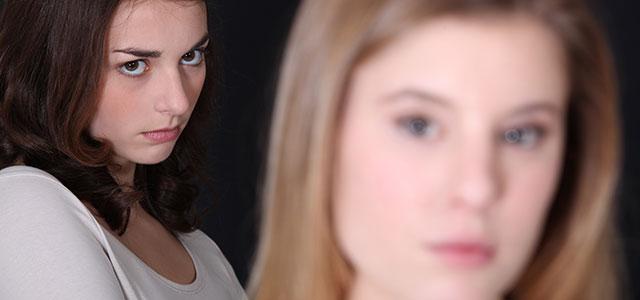 Mulher olhando para amiga com rancor