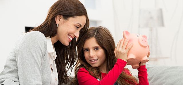 Mãe ensinando a filha a fazer Educação Financeira