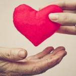 Uma pessoa oferecendo um coração à outra