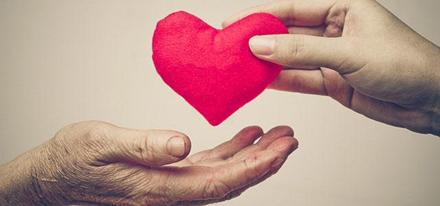 Pessoa dando coração a outra mostrando empatia